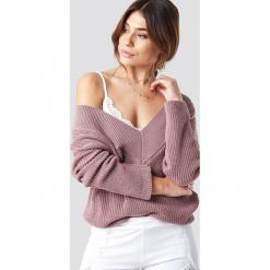 Pamela x NA-KD Sweter V-Neck Knitted - Pink. Różowe swetry damskie Pamela x NA-KD, z dekoltem na plecach. Za 121.95 zł.