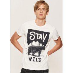 T-shirt z napisem Stay wild - Kremowy. Białe t-shirty męskie House, z napisami. Za 29.99 zł.