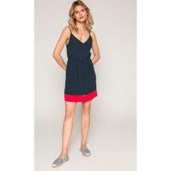Tommy Jeans - Sukienka. Szare sukienki damskie Tommy Jeans, z dzianiny, casualowe, na ramiączkach. W wyprzedaży za 329.90 zł.
