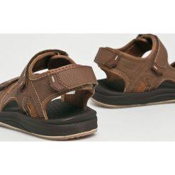 New Balance - Sandały. Brązowe sandały męskie New Balance, z gumy. W wyprzedaży za 139.90 zł.