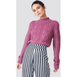 NA-KD Sweter z warkoczowym splotem - Purple. Fioletowe swetry damskie NA-KD, z dzianiny, z okrągłym kołnierzem. Za 161.95 zł.