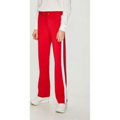 Tommy Jeans - Spodnie. Szare spodnie materiałowe damskie Tommy Jeans, z dzianiny. Za 399.90 zł.