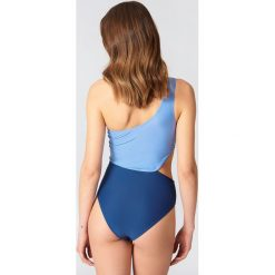 NA-KD Swimwear Kostium kąpielowy na jedno ramię Color Block - Blue. Niebieskie kostiumy jednoczęściowe damskie NA-KD Swimwear. W wyprzedaży za 33.90 zł.