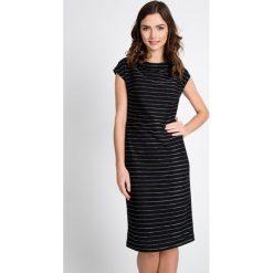 Czarna sukienka w srebrne pasy QUIOSQUE. Czarne sukienki damskie QUIOSQUE, w paski, z dzianiny, klasyczne, z kopertowym dekoltem. W wyprzedaży za 139.99 zł.