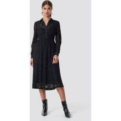 NA-KD Koronkowa sukienka midi - Black. Czarne sukienki damskie NA-KD, z koronki. Za 242.95 zł.