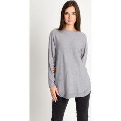 Szary sweter z ozdobnym tyłem QUIOSQUE. Szare swetry damskie QUIOSQUE, z jeansu. W wyprzedaży za 139.99 zł.