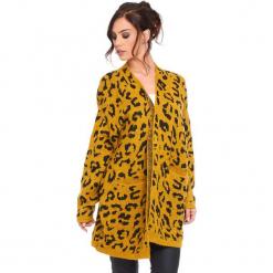 """Kardigan """"Leopard"""" w kolorze musztardowym. Żółte kardigany damskie Cosy Winter, z motywem zwierzęcym. W wyprzedaży za 181.95 zł."""