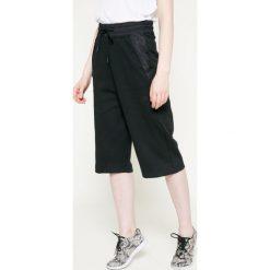 Nike Sportswear - Spodnie. Szare spodnie sportowe damskie Nike Sportswear, z bawełny. W wyprzedaży za 159.90 zł.