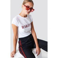 NA-KD T-shirt Darlin' - White. Białe t-shirty damskie NA-KD, z napisami, z okrągłym kołnierzem. Za 60.95 zł.