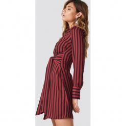 NA-KD Trend Sukienka w paski z wiązaniem - Red. Czerwone sukienki damskie NA-KD Trend, w paski, klasyczne, z klasycznym kołnierzykiem. Za 202.95 zł.