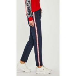 Tommy Jeans - Spodnie. Szare jeansy damskie Tommy Jeans. Za 449.90 zł.