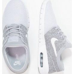 Nike SB STEFAN JANOSKI MAX Tenisówki i Trampki wolf grey/white/dark grey/pure. Trampki męskie Nike SB, z materiału. W wyprzedaży za 399.20 zł.