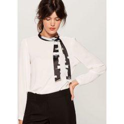 Koszula z wiązaniem na dekolcie - Kremowy. Białe koszule damskie Mohito. W wyprzedaży za 49.99 zł.