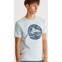 T-shirt z nadrukiem - Niebieski. Niebieskie t-shirty męskie Reserved, z nadrukiem. Za 49.99 zł.