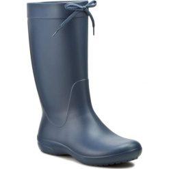 Kalosze CROCS - Freesail Rain Boot 203541 Navy. Niebieskie kozaki damskie Crocs, z materiału. W wyprzedaży za 179.00 zł.