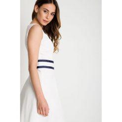 Bawełniana sukienka z krótkim rękawem w kolorze ecru BIALCON. Szare sukienki damskie BIALCON, z bawełny, wizytowe, z krótkim rękawem. W wyprzedaży za 206.00 zł.