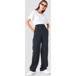 NA-KD Classic Rozszerzane spodnie w prążki - Black. Czarne spodnie materiałowe damskie NA-KD Classic, z haftami. Za 202.95 zł.