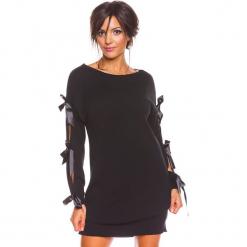 """Sukienka """"Mona"""" w kolorze czarnym. Czarne sukienki damskie So Cachemire, z kaszmiru, ze sznurowanym dekoltem. W wyprzedaży za 173.95 zł."""