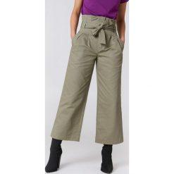 NA-KD Trend Szerokie spodnie bawełniane z wiązaniem w talii - Green. Zielone spodnie materiałowe damskie NA-KD Trend, w paski, z bawełny. Za 121.95 zł.