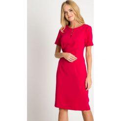 Fuksjowa sukienka z koralikami QUIOSQUE. Czerwone sukienki damskie QUIOSQUE, w ażurowe wzory, eleganckie, z kopertowym dekoltem, z długim rękawem. W wyprzedaży za 139.99 zł.
