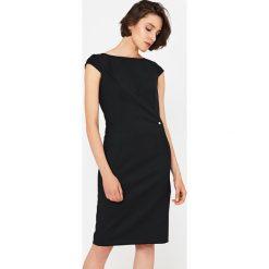 Simple - Sukienka. Szare sukienki damskie Simple, z elastanu, eleganckie, z dekoltem w łódkę, z krótkim rękawem. Za 699.90 zł.