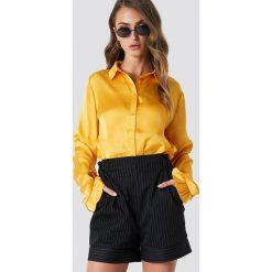 NA-KD Satynowa koszula - Yellow. Żółte koszule damskie NA-KD Trend, z satyny, z falbankami. Za 121.95 zł.