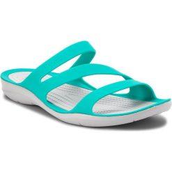 Klapki CROCS - Swiftwater Sandal W 203998 Tropical Teal/Light Grey. Zielone klapki damskie Crocs, z tworzywa sztucznego. W wyprzedaży za 139.00 zł.