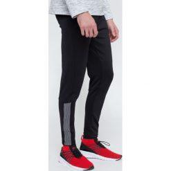 Spodnie treningowe męskie SPMTR203 - głęboka czerń. Czarne spodnie sportowe męskie 4f, z elastanu. W wyprzedaży za 99.99 zł.