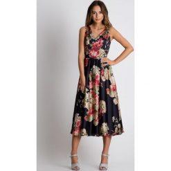 Sukienka midi odcinana w talii BIALCON. Szare sukienki damskie BIALCON, na lato, z kopertowym dekoltem, bez rękawów. Za 359.00 zł.