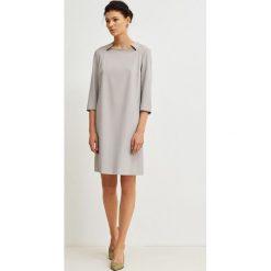 Simple - Sukienka. Szare sukienki damskie Simple, z elastanu, eleganckie. W wyprzedaży za 379.90 zł.