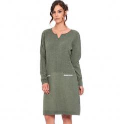 """Sukienka """"Maud"""" w kolorze khaki. Brązowe sukienki damskie Cosy Winter, ze splotem, z długim rękawem. W wyprzedaży za 181.95 zł."""