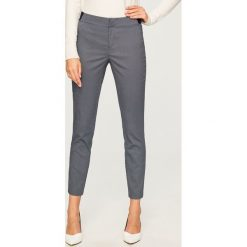Spodnie w minimalistyczny wzór - Wielobarwn. Szare spodnie materiałowe damskie Reserved. Za 99.99 zł.
