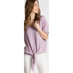 Luźna bluzka z wiązaniem u dołu BIALCON. Fioletowe bluzki damskie BIALCON, z tkaniny, eleganckie, z asymetrycznym kołnierzem, z krótkim rękawem. W wyprzedaży za 135.00 zł.