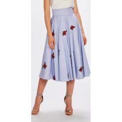 Guess Jeans - Spódnica Cassie. Szare spódnice damskie Guess Jeans, z haftami, z bawełny. W wyprzedaży za 429.90 zł.