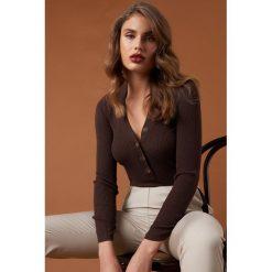 NA-KD Trend Sweter z guzikami - Brown. Brązowe swetry damskie NA-KD Trend, dekolt w kształcie v. Za 141.95 zł.