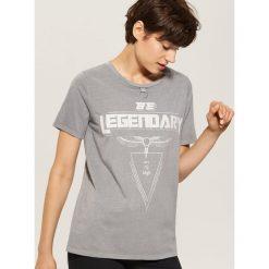 T-shirt z nadrukiem - Szary. Szare t-shirty damskie House, z nadrukiem. W wyprzedaży za 25.99 zł.