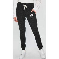Nike Sportswear - Spodnie. Szare spodnie sportowe damskie Nike Sportswear, z bawełny. Za 179.90 zł.