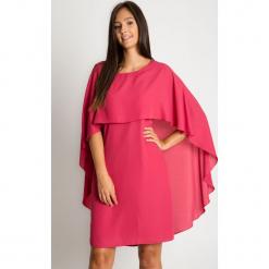 Malinowa sukienka z peleryną BIALCON. Różowe sukienki damskie BIALCON, z szyfonu, z kopertowym dekoltem. W wyprzedaży za 244.00 zł.