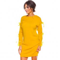 """Sukienka """"Mona"""" w kolorze musztardowym. Żółte sukienki damskie So Cachemire, z kaszmiru, ze sznurowanym dekoltem. W wyprzedaży za 173.95 zł."""