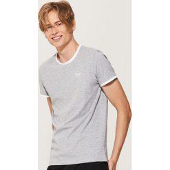 T-shirt z kontrastowym obszyciem - Szary. Szare t-shirty męskie House, z kontrastowym kołnierzykiem. Za 35.99 zł.