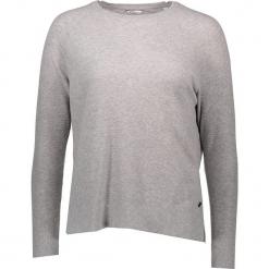 Sweter w kolorze jasnoszarym. Szare swetry damskie Mustang, z okrągłym kołnierzem. W wyprzedaży za 86.95 zł.