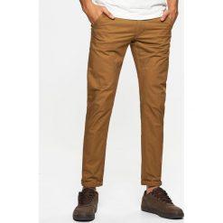 Materiałowe spodnie typu chino - Beżowy. Spodnie materiałowe męskie marki House. W wyprzedaży za 49.99 zł.