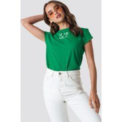NA-KD Trend T-shirt z surowym wykończeniem Semi Nice - Green. Zielone t-shirty damskie NA-KD Trend, z nadrukiem, z jersey, z okrągłym kołnierzem. Za 72.95 zł.