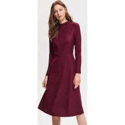 Rozkloszowana sukienka - Czerwony. Czerwone sukienki damskie Reserved. Za 179.99 zł.