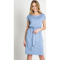 Błękitna sukienka z wiązaniem w pasie QUIOSQUE. Niebieskie sukienki damskie QUIOSQUE, w paski, z dzianiny, sportowe, z krótkim rękawem. W wyprzedaży za 79.99 zł.