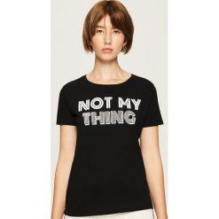 Bawełniany t-shirt z nadrukiem - Czarny. Czarne t-shirty damskie Sinsay, z nadrukiem, z bawełny. Za 19.99 zł.