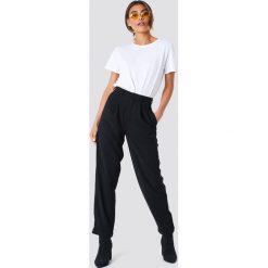 NA-KD Trend Szerokie spodnie z wysokim stanem - Black. Czarne spodnie materiałowe damskie NA-KD Trend, z haftami. Za 92.95 zł.