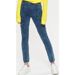 Jeansowe jegginsy z zamkiem z tyłu - Niebieski. Legginsy damskie Cropp, z jeansu. W wyprzedaży za 39.99 zł.