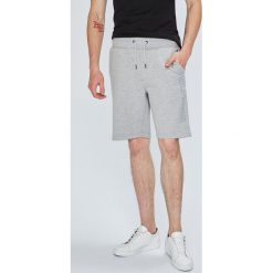 Tommy Hilfiger - Szorty. Szare szorty męskie Tommy Hilfiger, z nadrukiem, z bawełny, casualowe. W wyprzedaży za 219.90 zł.