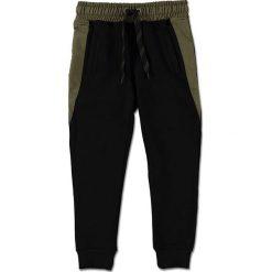 """Spodnie dresowe """"Gijs"""" w kolorze oliwkowo-czarnym. Spodnie sportowe dla chłopców marki Reserved. W wyprzedaży za 85.95 zł."""